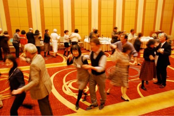 ジジババのフォークダンス